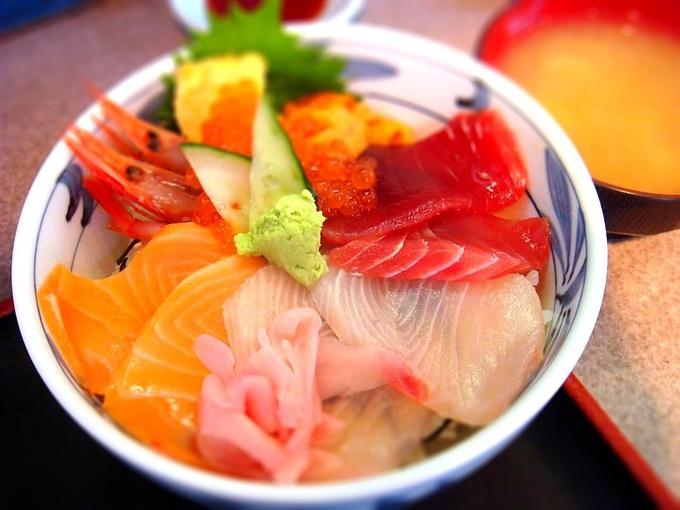 【築地でごはん♡】美味しい人気の海鮮丼を味わえるお店8選のサムネイル画像